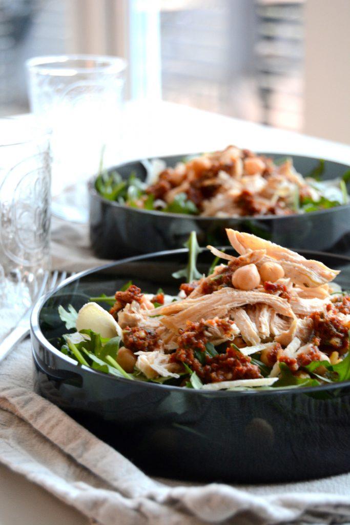 Kyllingsalat med en grov rød pesto