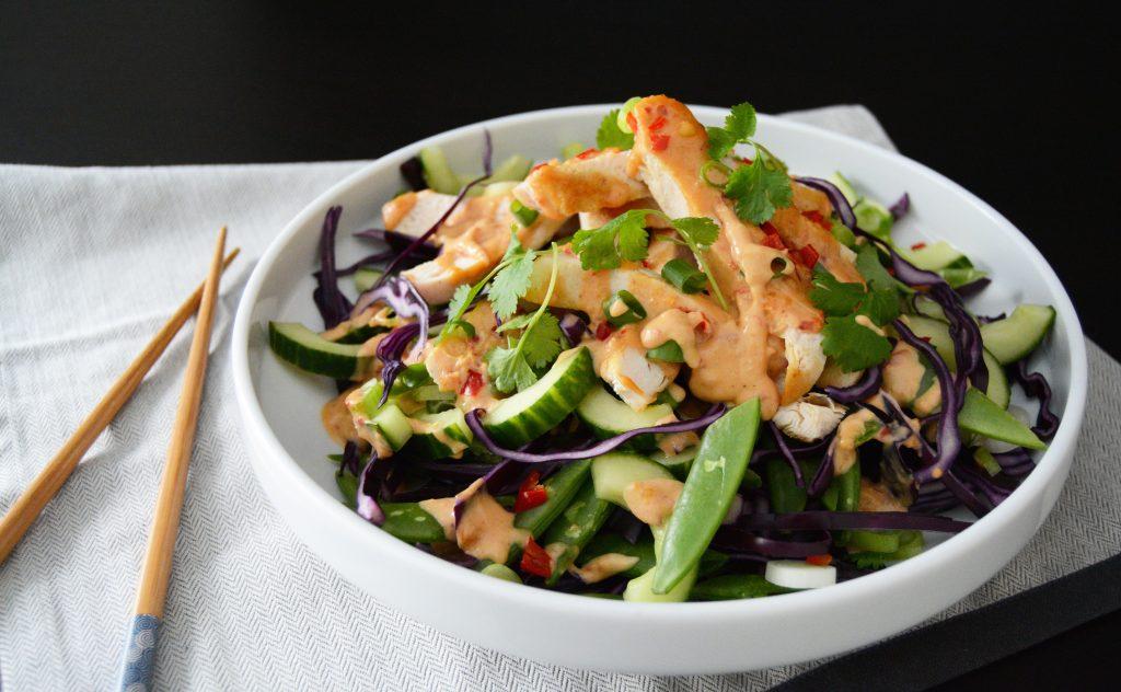 Grov kyllingsalat m peanøttdressing