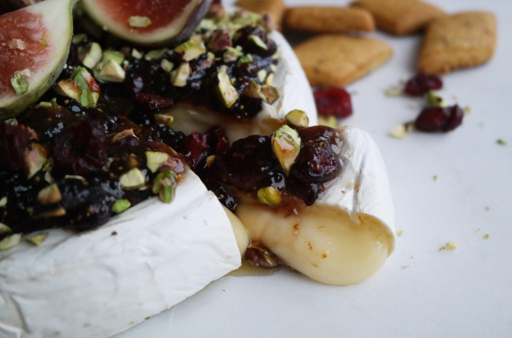 Brie med fikenmarmelade, tranebær og pistasjnøtter